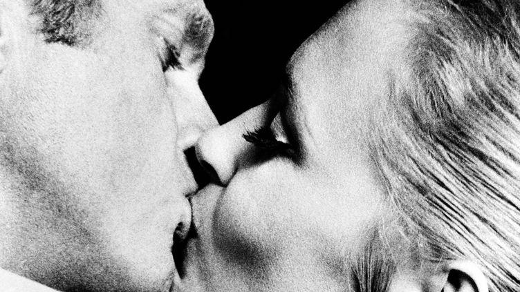 """Le baiser d'anthologie entre Steve McQueen et Faye Dunaway dans """"L'affaire Thomas Crown"""", 1968  (KOBAL / THE PICTURE DESK / AFP)"""