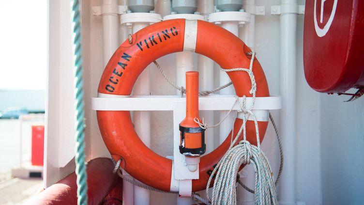 Une bouée à bord de l'Ocean Viking, le 23 juillet 2019. (CLEMENT MAHOUDEAU / AFP)