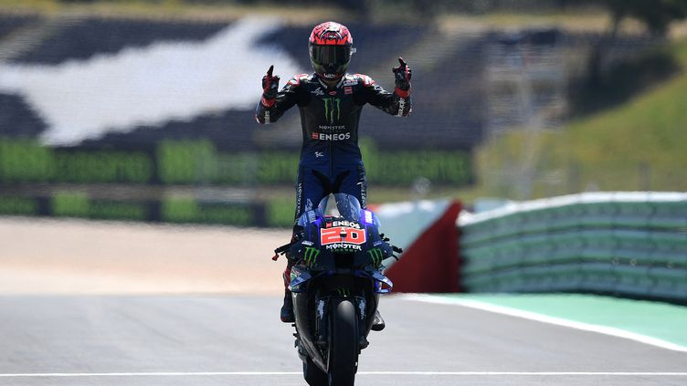 Fabio Quartararo remporte sa deuxième victoire consécutive sur le Grand Prix du Portugal, dimanche 18 avril 2021. (PATRICIA DE MELO MOREIRA / AFP)