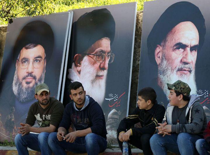 Aux côtés des Ayatollah Khomeini et Khamenei, le portrait de Hassan Nasrallah (à gauche), secrétaire général du Hezbollah, bras armé de Téhéran au Liban. Il accuse Ryad d'attiser la Fitna (la discorde) entre sunnites et chiites. (MAHMOUD ZAYYAT/AFP)