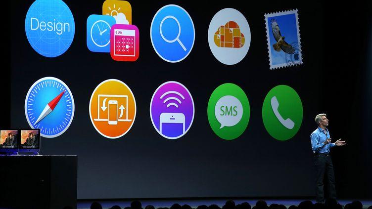 Craig Federighi, vice-président d'Apple en charge des logiciels, présente les nouveautés de la marque à l'occasion de sa conférence annuelle pour les développeurs, à San Francisco (Etats-Unis), le 2 juin 2014. (JUSTIN SULLIVAN / GETTY IMAGES NORTH AMERICA / AFP)
