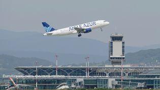 Un avion de la compagnie Aigle Azur, à l'aéroport de Mulhouse (Haut-Rhin), le 19 juin 2013. (SEBASTIEN BOZON / AFP)