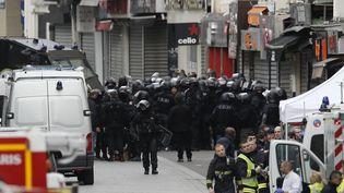Le Raid devant l'immeuble où a été donné l'assaut à Saint-Denis (Seine-Saint-Denis), le 18 novembre 2015. (THIERRY MAHE / NURPHOTO / AFP)