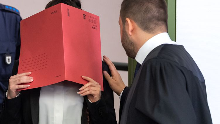 Jennifer Wenisch,27 ans, cache son visage lors de son procès àMunich, en Allemagne, le 9 avril 2019. (PETER KNEFFEL / DPA / AFP)