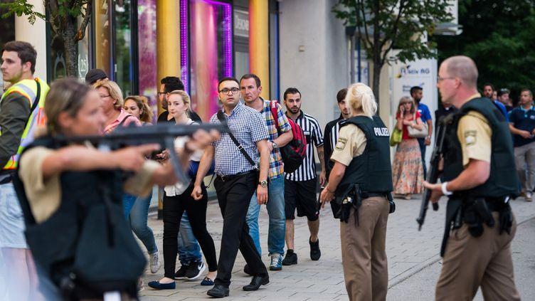 La police évacue des clientsd'uncentre commercial après une fusillade, le 22 juillet 2016. (AFP)
