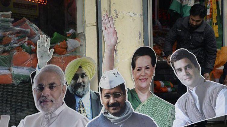 Jalandhar, le 20 janvier 2017: un commerçant indien installe des représentations en carton des dirigeants politiques. De gauche à droite, le Premier ministre Narendra Modi (BJP), Sukhbir Singh Badal (Shiromani Akali Dal), Arvind Kejriwal (Aam Admi), Sonia et Rahul Gandhi, la présidente et le vice-président du Congrès national indien. (SHAMMI MEHRA / AFP)