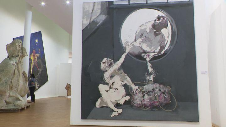 Au premier plan, Le mépris 1 (1983) toile issue de la série Le sac de Mme Tellikdjian. (France 3 Limousin)