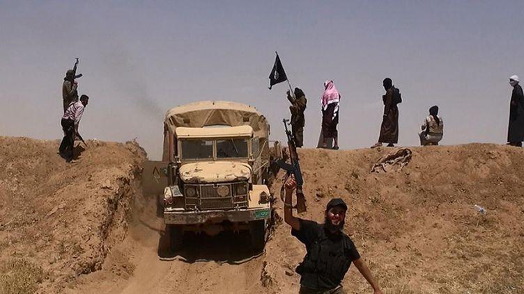 Des jihadistes présumés du groupe Etat islamique apparaissent sur une photo diffusée sur Twitter, le 11 juin 2014. (ALBARAKA NEWS / AFP)