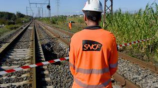 Un agent de la SNCF sur les voies autour deVilleneuve-les-Beziers (Hérault), le 24 octobre 2019. (PASCAL GUYOT / AFP)