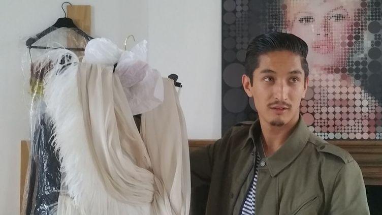 Il y a six ans, Sami Nouri était abandonné par des passeurs en gare de Tours. Aujourd'hui, il parle très bien français et présente sa première collection de haute couture. (THÉO HETSCH / RADIO FRANCE)