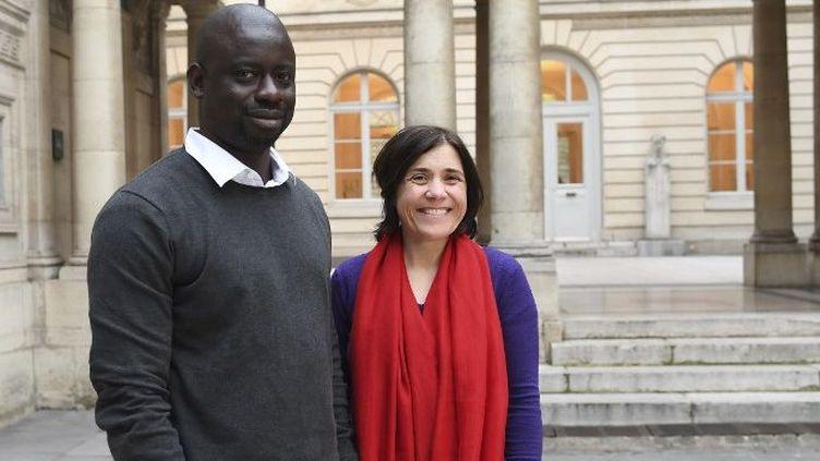 Les deux universitaires français et sénégalais, Bénédicte Savoy et Felwine Sarr, le 21 mars 2018, à Paris. (ALAIN JOCARD / AFP)