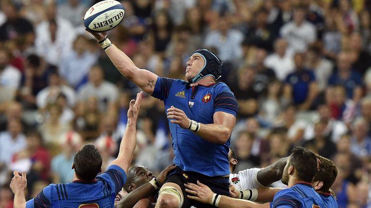 Bernard Le Roux saute pour attraper la balle lors d'un match de préparation à la Coupe du monde de rugby face à l'Angleterre, au Stade de France (Seine-Saint-Denis), le 22 août 2015. (MIGUEL MEDINA / AFP)