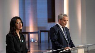 La candidate de gaucheKarima Delli et le candidat de droite Xavier Bertrand, le 2 juin 2021, lors d'un débat diffusé par France 3, à Lille. (CELIA CONSOLINI / HANS LUCAS / AFP)