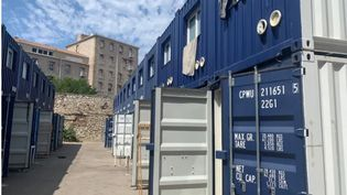 Dans l'attente d'un logementsocial, des habitants du 3e arrondissement de Marseillesont logés dans des conteneursde11 m²,empilés sur deux niveaux, au milieu d'une cour d'immeuble. (RADIO FRANCE / MATHILDE VINCENEUX)
