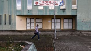 Un homme passe devant le centre de vaccination contre le Covid-19 du Lamentin (Martinique), le 2 août 2021. (OLIVIER CORSAN / MAXPPP)