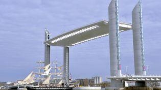 """Le trois mats français""""Le Belem"""" passe sous le pont levant Jacques-Chaban-Delmas"""", le 16 mars 2013 à Bordeaux (Gironde), pour l'inauguration de l'ouvrage. (MEHDI FEDOUACH / AFP)"""