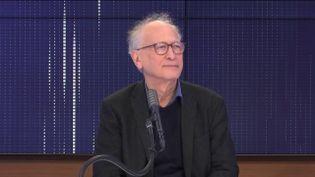 """Alain Fischer, président du Conseil d'orientation de la stratégie vaccinale était l'invité du """"8h30 franceinfo"""", vendredi 12 février 2021. (FRANCEINFO / RADIOFRANCE)"""