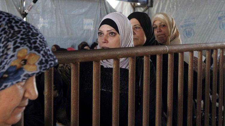 Des réfugiées syriennes attendent pour recevoir de l'aide dans un camp de Tripoli au nord du Liban, en novembre 2015. (Reuters / Omar Ibrahim)