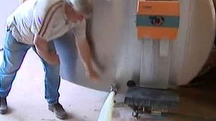 Un éleveur déverse sa production pour protester contre le prix du lait (09/09/2009) (© France 3)