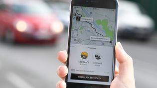 Un chauffeur Uber qui s'estimeaccusé à tort par une cliente a porté plainte contre X, conjointement avec la CFDT-VTC. (HELMUT FOHRINGER / APA-PICTUREDESK / AFP)