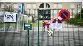 L'entrée du collège Jean-de-La Fontaine à Crépy-en-Valois (Oise), où un professeuratteintdu coronavirus est mort,le 28 février 2020. (MARTIN BUREAU / AFP)