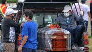 Des proches d'une personne morte du Covid-19 à Guayaquil en Equateur, le 9 avril 2020. (JOSE SANCHEZ / AFP)
