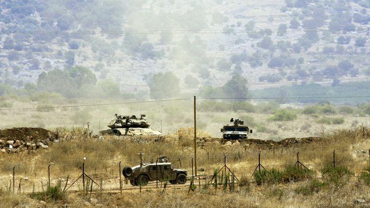 Des troupes israéliennes patrouillent à la frontière entre le Liban et Israël, le 1er août 2013. (MAHMOUD ZAYYAT / AFP)