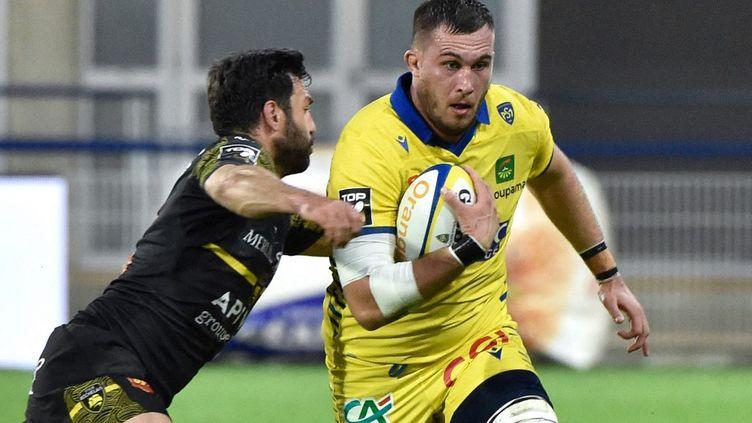 Le Clermontois Paul Jedrasiak face à la Rochelle en Top 14, le 5 juin 2021. (THIERRY ZOCCOLAN / AFP)