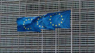 Des drapeaux de l'Union européenne devant la Commission européenne à Bruxelles, le 16 octobre 2019. (KENZO TRIBOUILLARD / AFP)