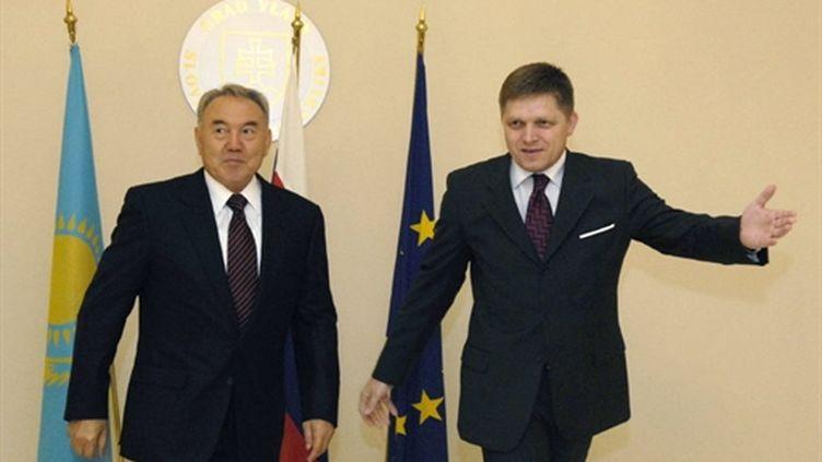 Noursoultan Nazarbaïev (à gauche) en 2007 à Bratislava (avec le premier ministre slovaque Robert Fico) (AFP - SAMUEL KUBANI)