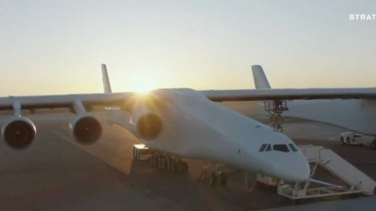 Aux États-Unis, le plus grand avion du monde a effectué son premier vol au-dessus du désert californien. Une prouesse chapeautée par Paul Allen, cofondateur de Microsoft. (FRANCE 2)