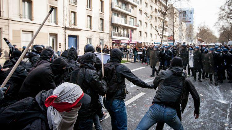 Des jeunes manifestants affrontent les CRSà Paris, mardi 5 avril, pendant une manifestations des lycéens contre le projet de loi Travail. (RODRIGO AVELLANEDA / AFP)