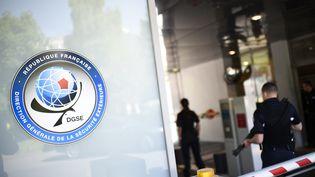 Des agents de sécurité au siège de la Direction générale de la sécurité extérieure (DGSE), à Paris le 4 juin 2015 (photo d'illustration). (MARTIN BUREAU / AFP)