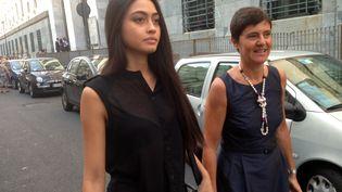 Ambra Battilana (à gauche) arrive à une audience dans le procès de Silvio Berlusconi pour des orgies en présence de mineures, le 19 juin 2013 à Milan (Italie). (GIUSEPPE CACACE / AFP)
