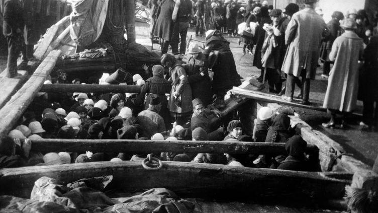 Des orphelins arméniens en déportation, en 1915. (APIC/RETIRED / HULTON ARCHIVE / GETTY IMAGES)