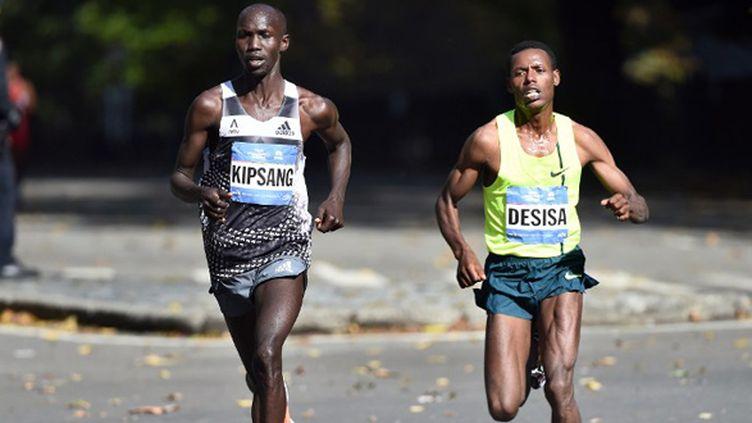 Le Kényan Wilson Kipsang devant l'Ethiopien Lelisa Desisa (JEWEL SAMAD / AFP)