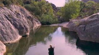 Cette semaine, France 2 vous propose une balade au fil de l'eau le long des plus belles rivières françaises. Mardi 25 août, nous remontons la source du Verdouble, à 765 kilomètres d'altitude. Un cours d'eau dans l'Aude qui offre de superbes piscines naturelles. (France 2)