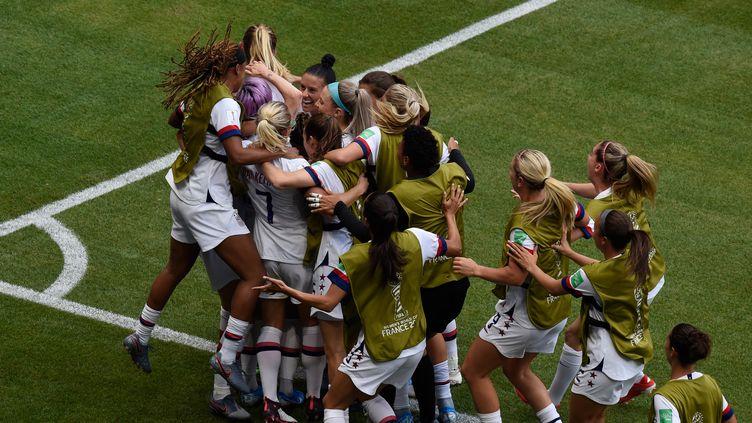 La joie des Américaines, de nouveau sacrées championnes du monde de football, le 7 juillet 2019, à Lyon (Rhône). (JEAN-PHILIPPE KSIAZEK / AFP)