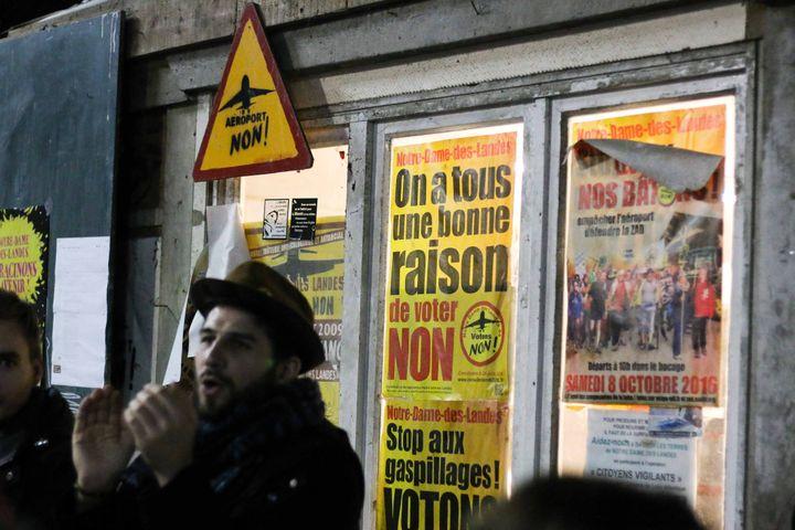 """Un opposant au projetNotre-Dame-des-Landesfête la décision d'abandon du gouvernement à """"La Vache Rit"""", dans la Zad, mercredi 17 janvier 2018. (YANN SCHREIBER / RADIO FRANCE)"""