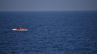 Des migrants se trouvent sur un bateau de fortune en Méditerranéeen mai 2016. (GABRIEL BOUYS / AFP)