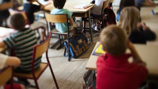 Des élèves dans une école primaire de Paris, le 4 septembre 2012. (FRED DUFOUR / AFP)