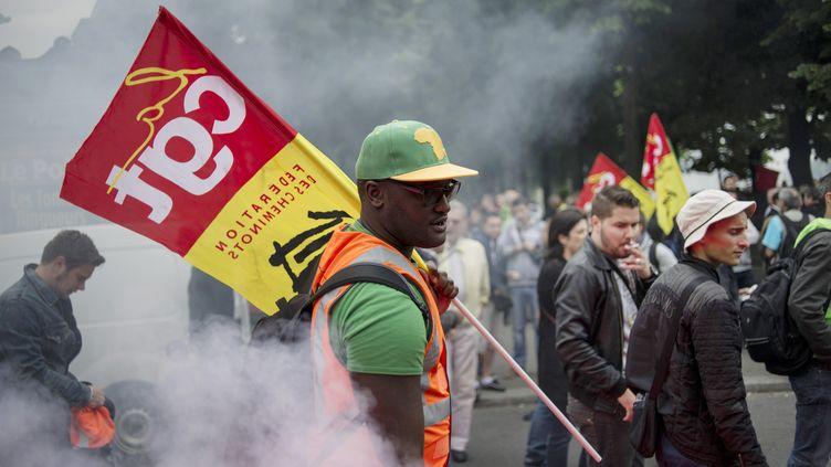 Manifestation de cheminots grévistes devant l'Assemblée nationale, à Paris, le 17 juin 2014. (FRED DUFOUR / AFP)