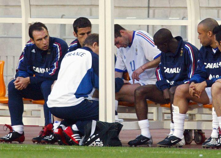 Zinédine Zidane soigné pour une blessure à la cuisse, lors du match amical France-Corée-du-Sud à Suwon (Corée-du-Sud), le 26 mai 2002. (PATRICK HERTZOG / AFP)