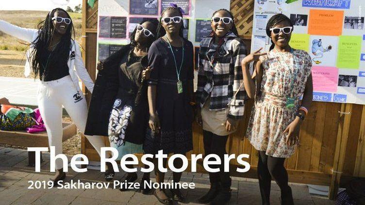 The Restorers (Les restauratrices), cinqjeunes Kenyanes qui ont inventé une application pour aider les filles menacées, ou victimes, de mutilations génitales. (@Parlement européen)