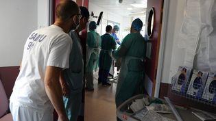Dans une unité de soins intensifs à l'hôpital Jacques-Cartier de Massy (Essonne), le 8 décembre 2020. (PASCAL BACHELET / BSIP)