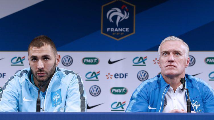 Karim Benzema et Didier Deschamps assistent à une conférence de presse, au stade de France, à Saint-Denis, le 25 mars 2015. (YOAN VALAT / MAXPPP)