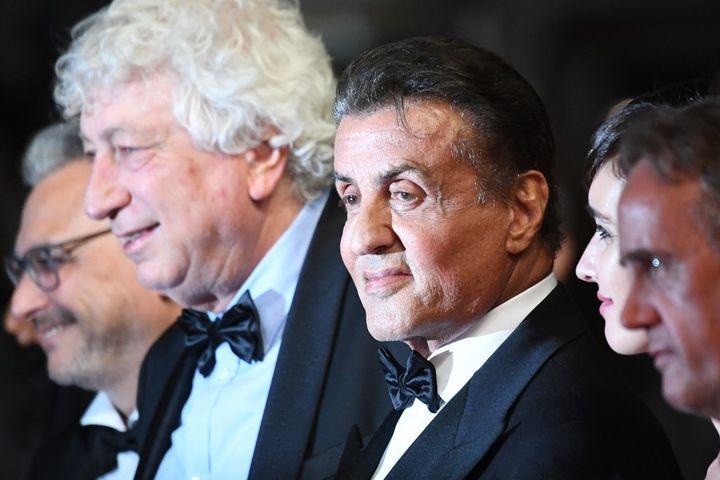 Victore Haida (cheveux gris), dirigeant de Metropolitan Filmexport et président de la FNDF (Fédération nationale des éditeurs de films), avec Sylvester Stallone au Festival de Cannes en 2019. (LOIC VENANCE / AFP)
