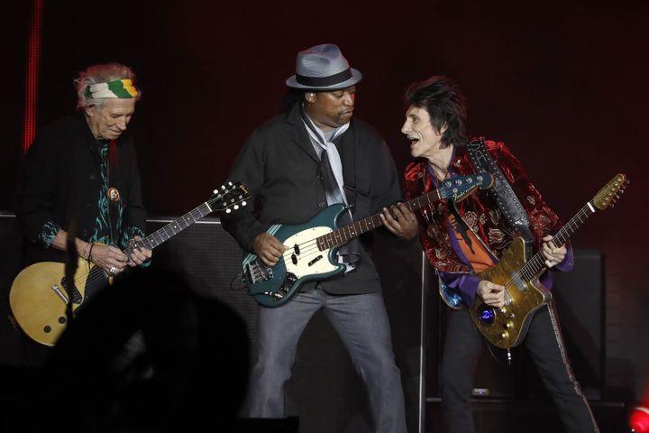 Keith Richards, le bassiste Darryl Jones et Ron Wood très complices jeudi 19 octobre au U Arena.  (Patrick Kovarik / AFP)