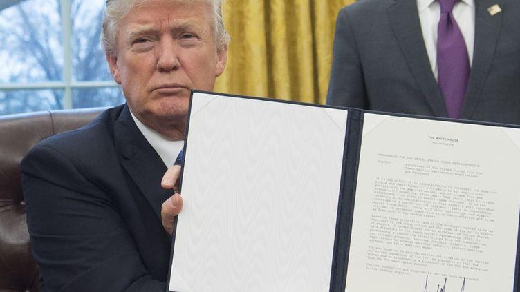 Donald Trump signe un décret retirant les Etats-Unis du partenariat transpacifique. (AFP/ Saul Loeb)