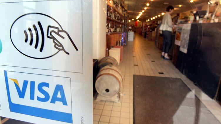 Affiche du paiement sans contact à l'entrée d'une boutique. Photo d'illustration. (MAXPPP)